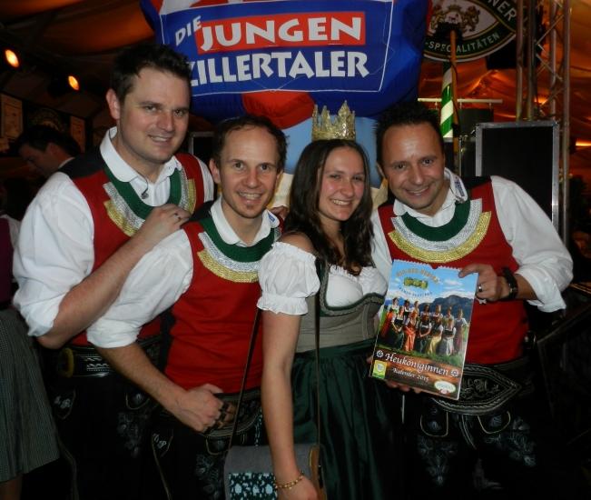 Die jungen Zillertaler bringen die Heuköniginnen Kalender nach Tirol und die Stimmung im Festzelt zum Höhepunkt