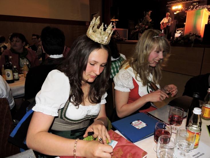 Heukönigin beim Autogramme schreiben