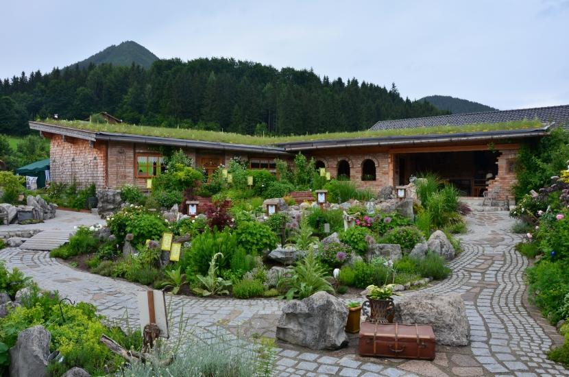 Überblick über diesen sehr schön gestalteten Kräutergarten voller Liebe zum Detail