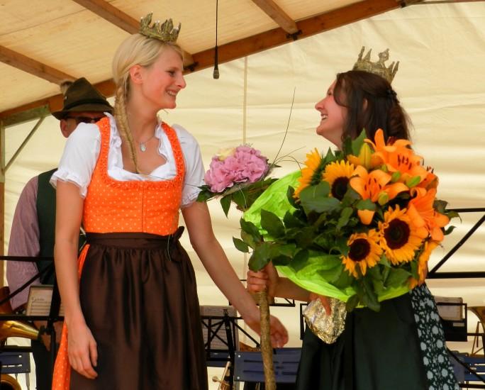 Die scheidende Heukönigin Isabella I übergibt das Zepter an die neue Heukönigin 2014-2015 Lorena Grabner