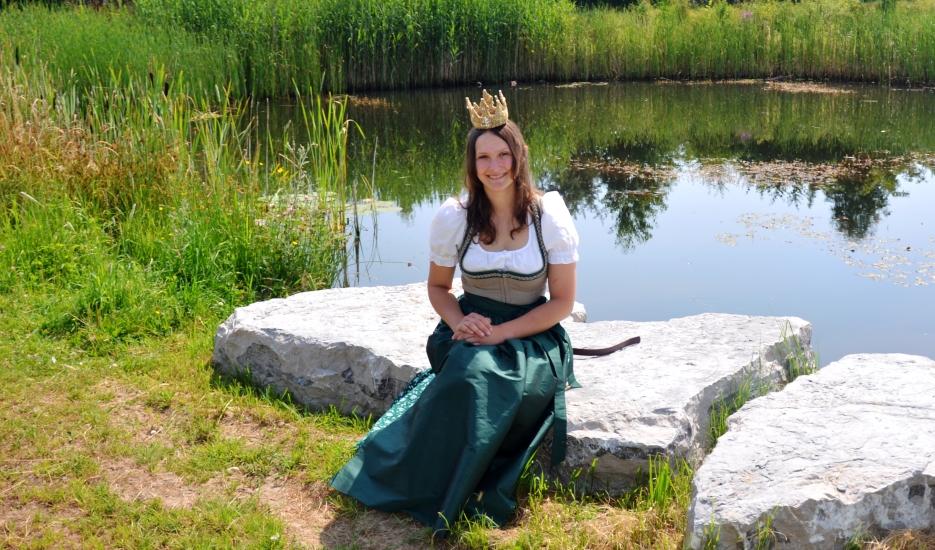 Königin Lorena im Kräutergarten 14
