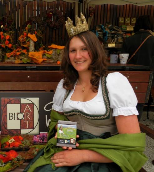 Königin Lorena mit ihrer eigenen Bio-Heumilch-Schokolade