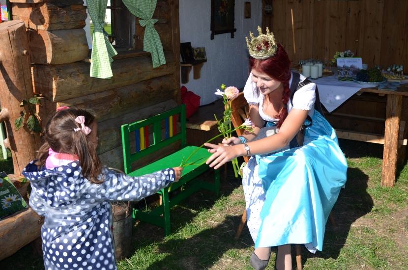 Königin Maria Mühlbacher verteilt Kinderbücher 5