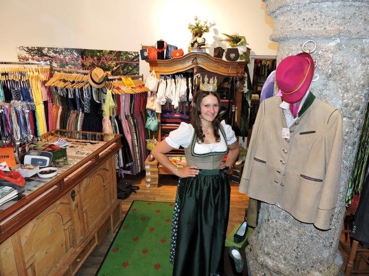 Königin Lorena I besucht ihren Trachtenausstatter HANNA Trachten im Geschäft in der Linzer Gasse