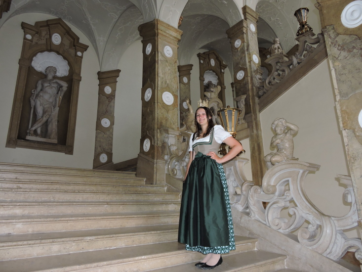 Lorena Grabner auf der Marmorstiege des Schlosses Mirabell