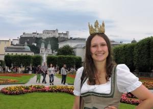 Die Königin der Bio-Heu-Region Lorena I besucht den Mirabellgarten