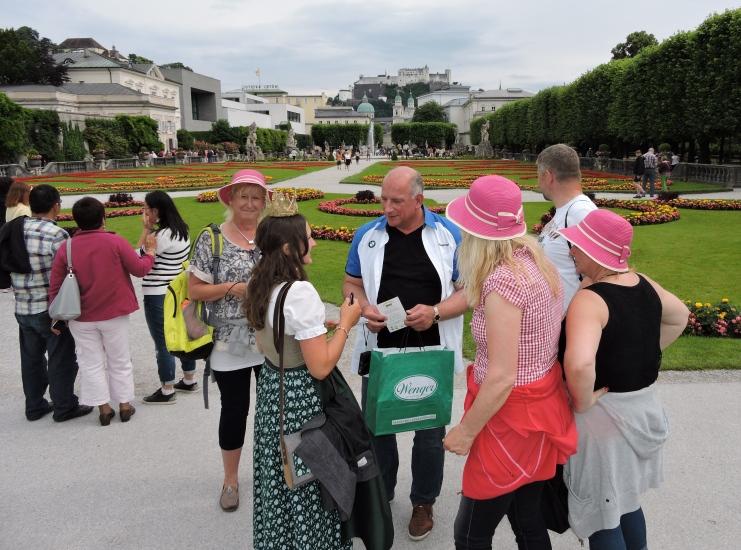 Autogramme schreiben, Fotos und Karten der Bio-Heu-Region austeilen auch im Mirabellgarten