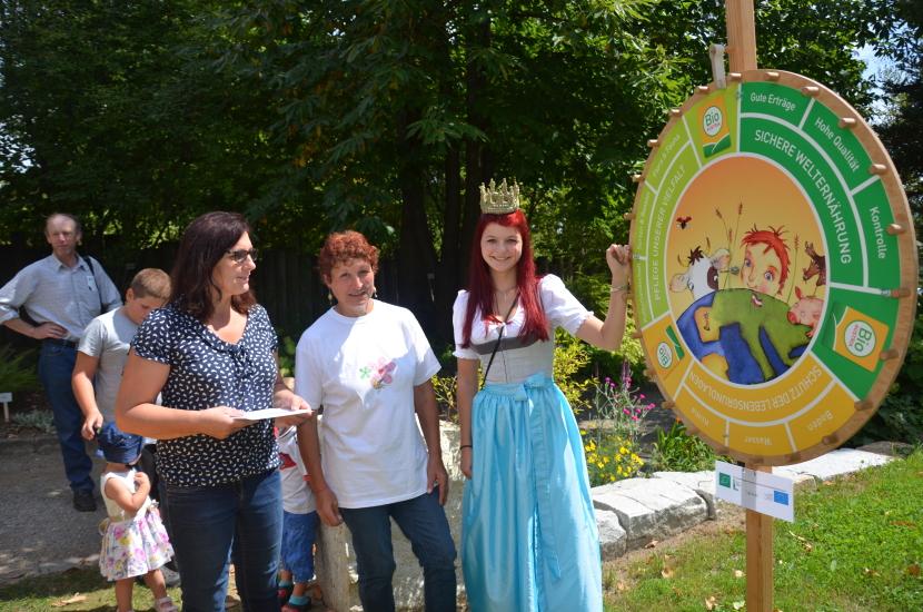 Maria mit dem Team von Bio Austria beim Glücksrad