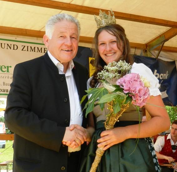 Hier die neue Heukönigin Lorena I mit dem Landeshauptmann von Oberösterreich Dr. Josef Pühringer