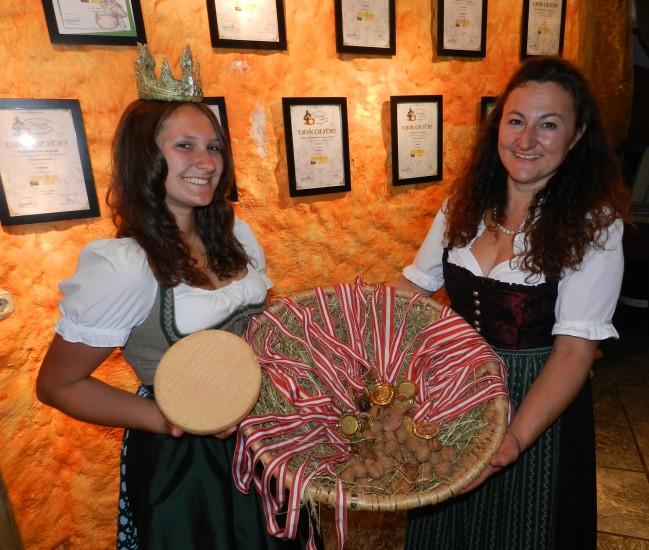 Hier Marianne und Lorena mit ihren vielen Auszeichnungen und Goldmedailen für beste Käsequalität