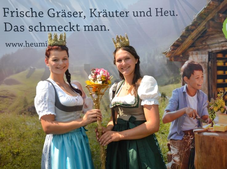 Lorena Grabner übergibt an Maria Mühlbacher das Zepter der Bio-Heu-Region