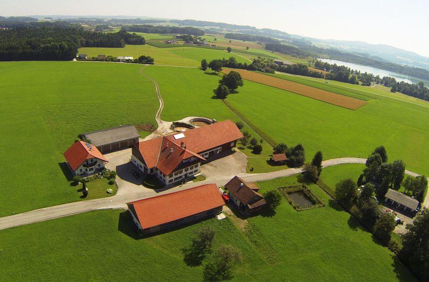 Luftaufnahme unseres Bauernhofes von Wolfgang Reichl mit dem Grabensee im Hintergrund