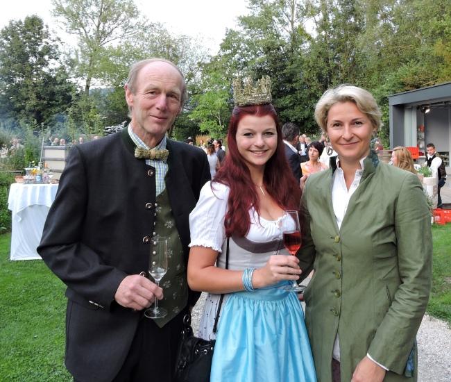 Vizepräsidentin des Club der Salzburger in Wien Mag. Ulrike Domany-Funtan mit Keil Franz und der Königin der Bio-Heu-Region Maria