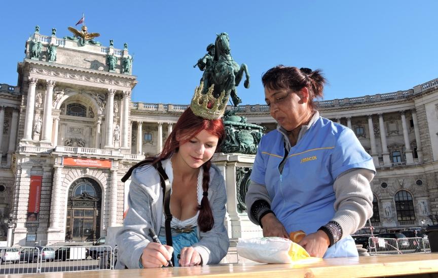 Maria beim Autogramme schreiben