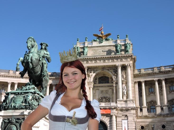 Maria III als Königin der Bio-Heu-Region vor der Hofburg in Wien