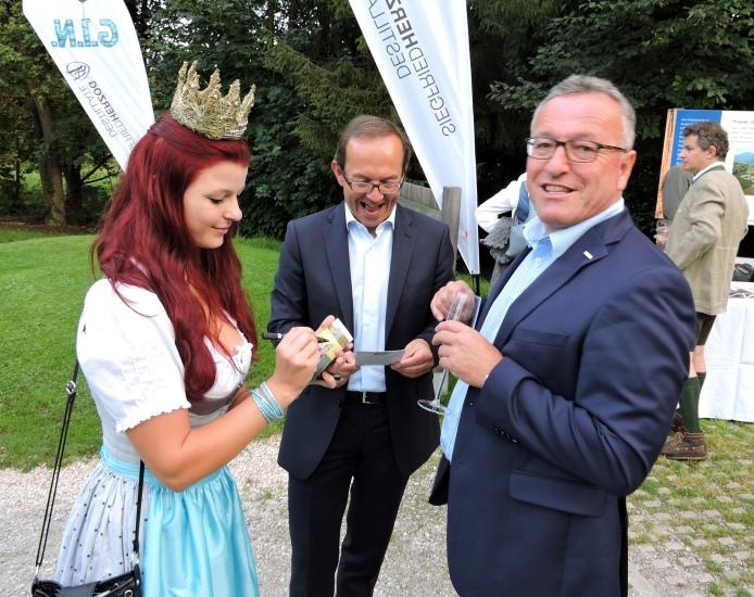 NR Peter Haubner ÖVP und Landesrat Heinrich Schellhorn mit Königin Maria