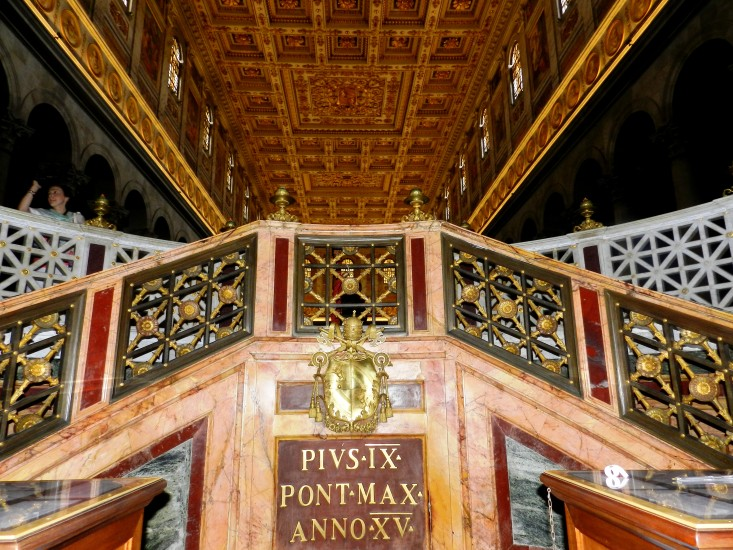 Kirche St. Paul vor den Mauern Roms. Alles bis zur Decke aus Marmor und Gold