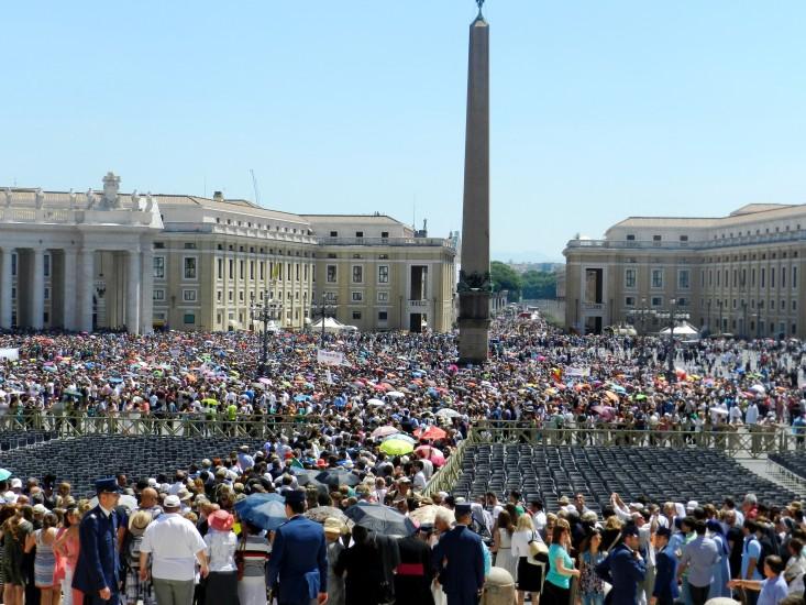 Petersplatz gefüllt mit Menschen voller Lebensfreude