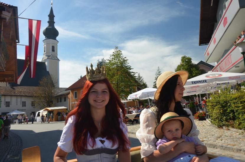 Pferdekutschengala 2015 mit Berndorfer Kirche im Hintergrund