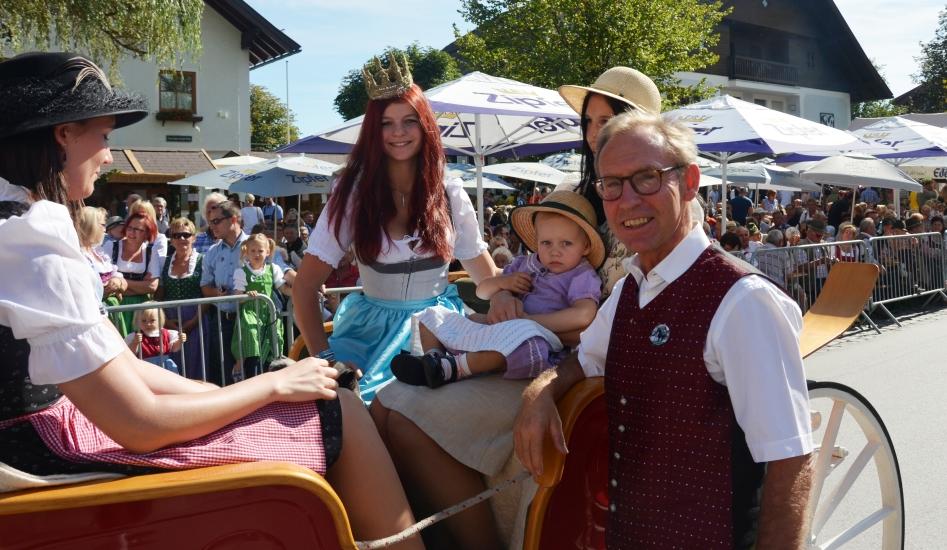 Der Berndorfer Bürgermeister Dr. Josef Guggenberger begrüßt die Königin der Bio-Heu-Region Maria Mühlbacher in ihrer Heimatgemeinde