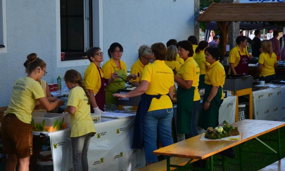 Die Berndorfer Bäuerinnen bereiten sich auf den Ansturm der vielen Besucher auf ihre köstlichen, frisch zubereiteten Krapfen und Pofesen vor