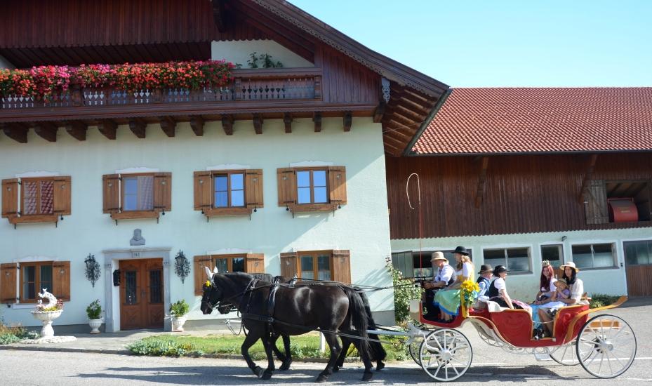 Pferdekutschengala 2015 Abholung der Königin der Bio-Heu-Region Maria Mühlbacher zu Hause auf dem Bauernhof