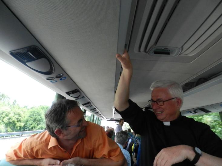 Unser Herr Erzbischof kann so richtig aus dem Herzen lachen. Ja er trägt die Sonne im Herzen.