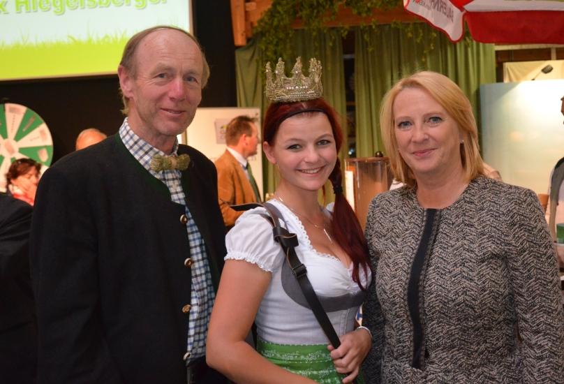 Die Präsidentin des Österreichischen Nationalrates Dr. Doris Bures mit dem Obmann und der Königin der Bio-Heu-Region