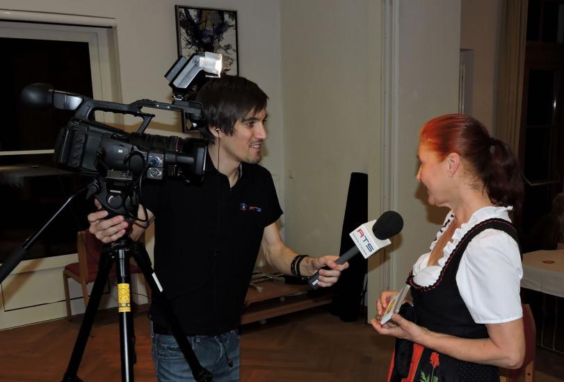 Waltraud Rohrwerk hier beim Interview mit dem Regionalfernsehen RTS