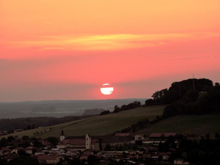 Sonnenuntergang über Michaelbeuern aufgenommen in Berndorf am 15.07.2015 um 20:44