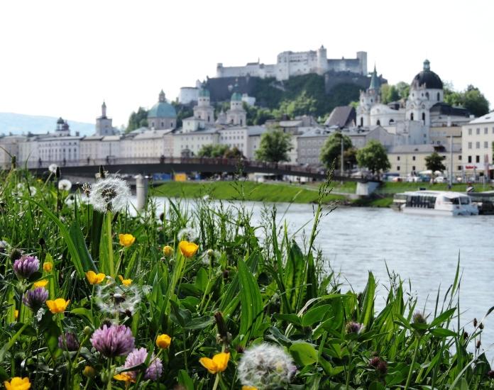 Mozartstadt Salzburg vom Ufer der Salzach fotografiert