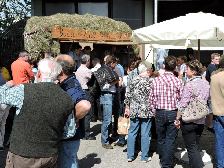 Menschen vor dem Stand der Ortsbauernschaft
