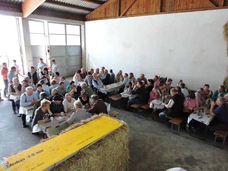 hier ein Blick von oben auf die Menschen, welche in der Garage Schutz vor der Sonne gesucht haben oder sich gemütlich niedersetzen wollten