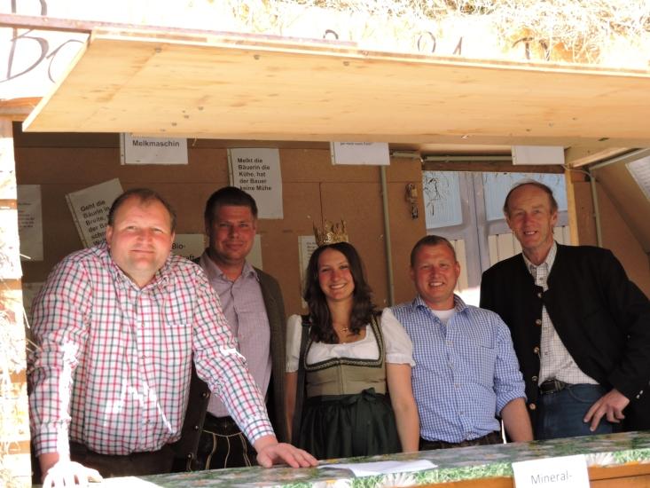 Berndorfer Ortsbauernschaft mit der Königin und dem Obmann der Bio-Heu-Region Keil Franz