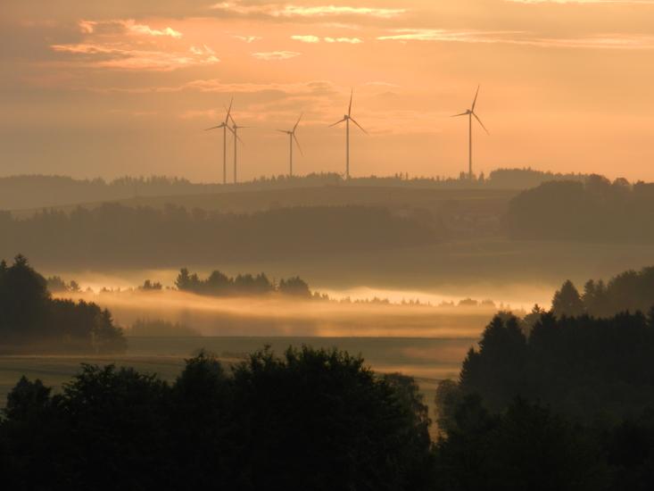 Morgenstimmung mit den Windrädern in Munderfing, fotografiert vom Dürnberg in Seeham im Mai 2015