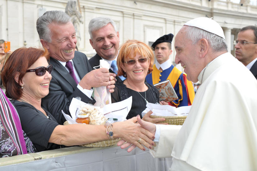 Irmi und Helmut Mödlhammer mit Papst Franziskus - c) Foto von Helmut  Mödlhammer privat