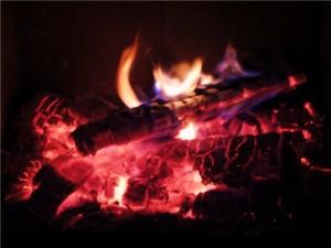 Du musst dem Ofen Holz geben, damit er Dich wärmt.