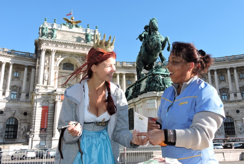 Maria Mühlbacher widmet als Königin der Bio-Heu-Region der Reinigungsfrau eine Autogrammkarte